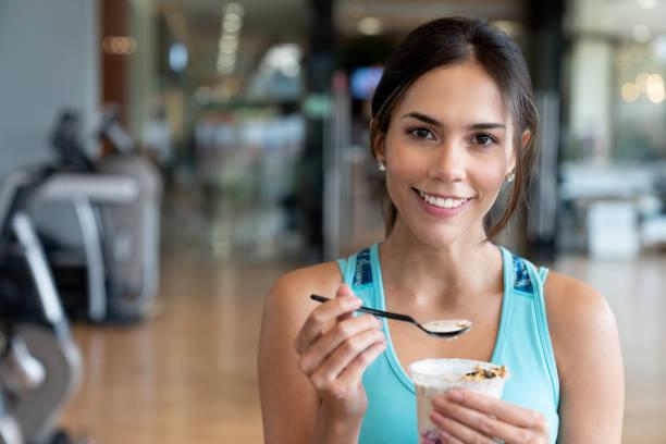 Frau Essen einen gesunden Snack in der Turnhalle – Foto