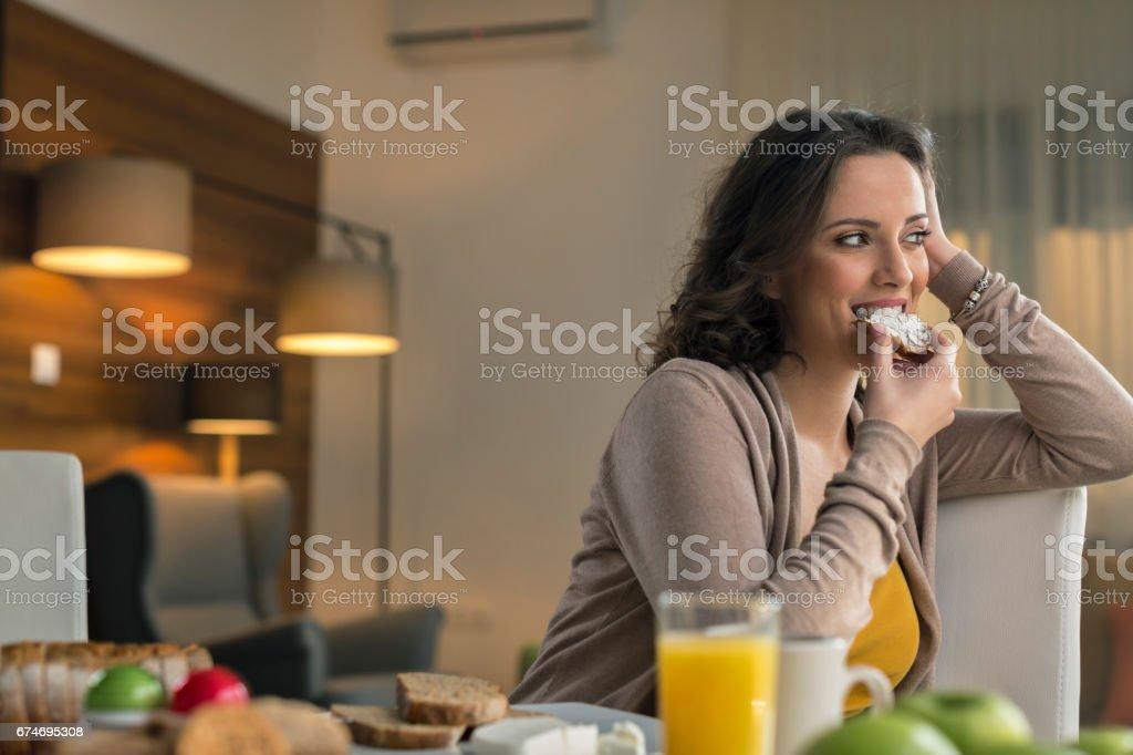 Mujer comiendo pan con queso crema - foto de stock