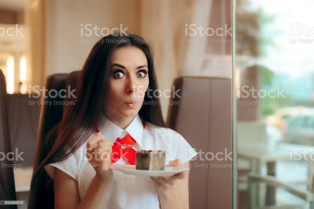 Femme, manger soufflé au chocolat dans un magasin de confiserie - Photo
