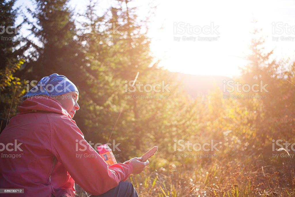 Mujer comiendo cookie en la naturaleza. foto de stock libre de derechos