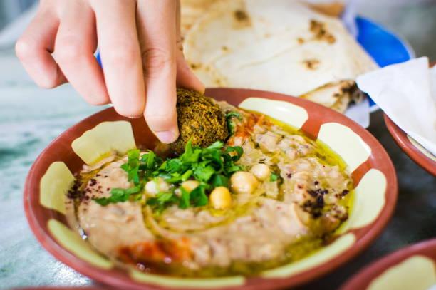 femme, manger des falafel et houmous aux haricots - liban photos et images de collection