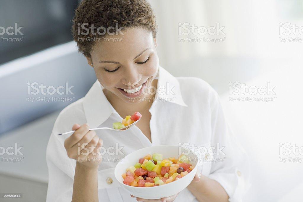 Femme manger Salade de fruits photo libre de droits