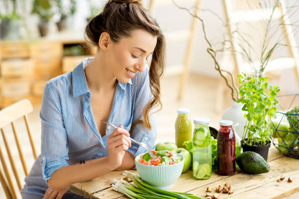 woman eating healthy salad - mangiare sano foto e immagini stock