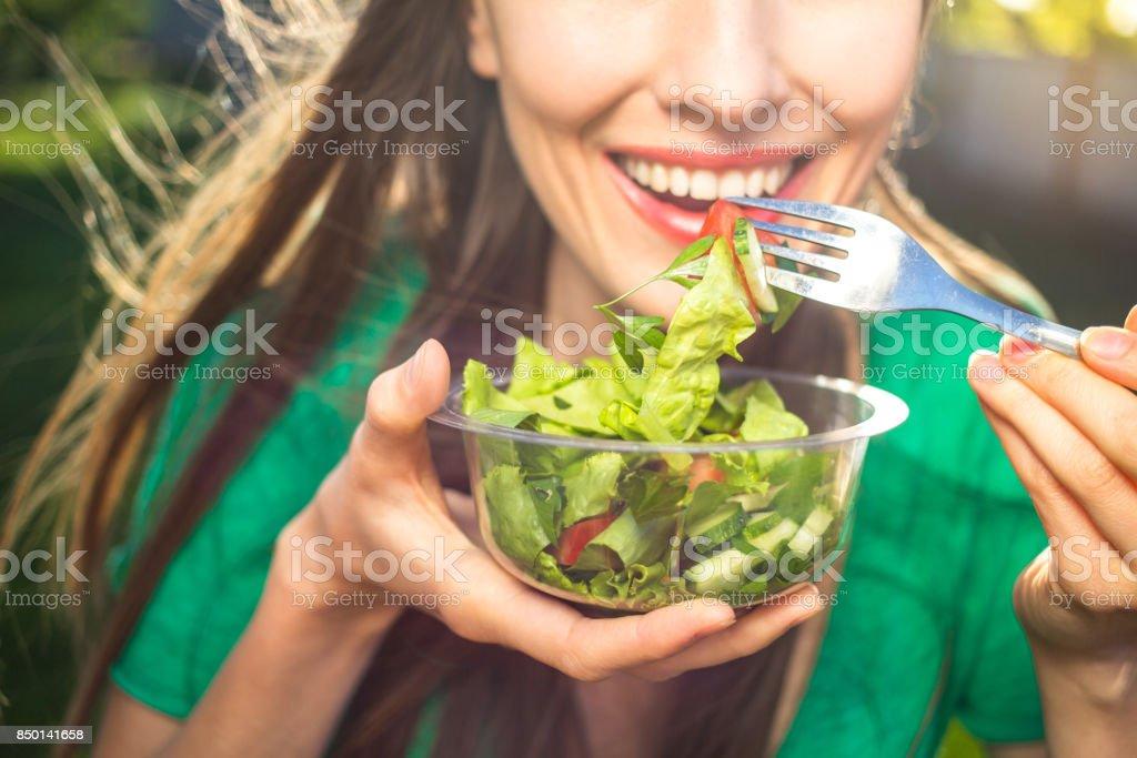 Frau Essen eine gesunde Salat – Foto
