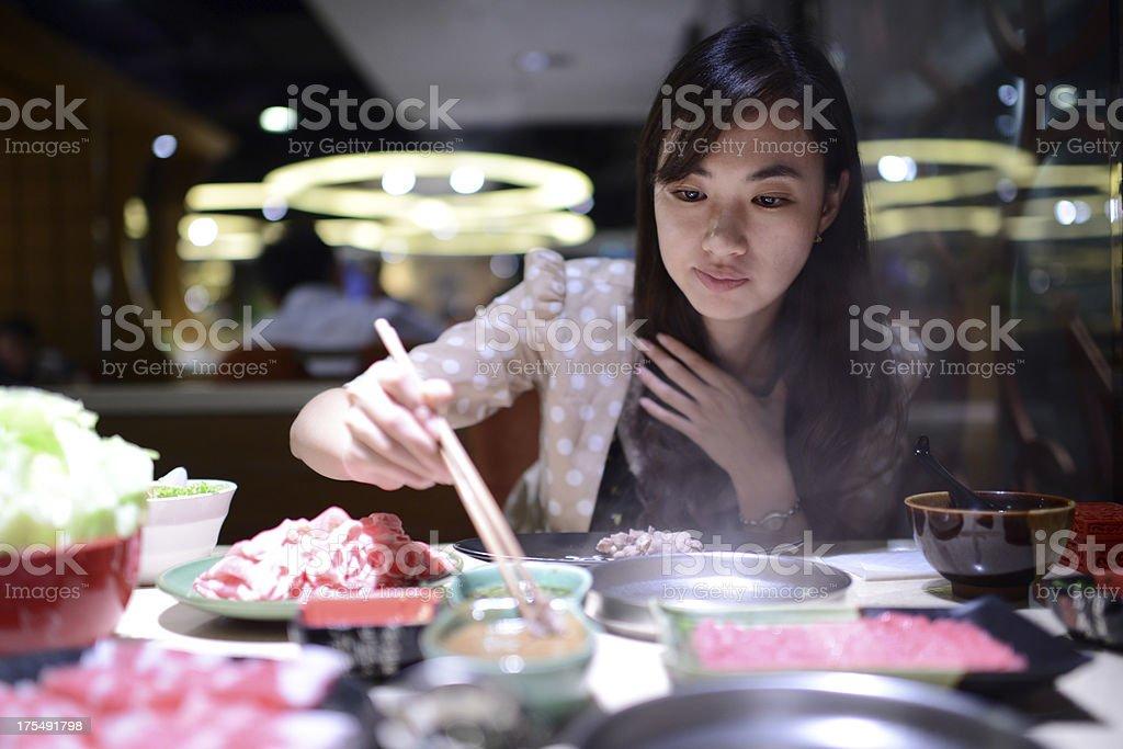 Frau isst Hot Pot-XXXL – Foto