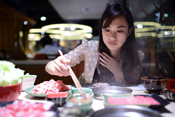 woman 食べるホットポット-xxxl - 韓国文化 ストックフォトと画像
