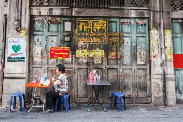 Frau isst in einem Straßenrestaurant – Foto