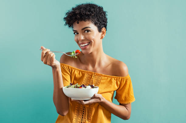 woman eating salad - healthy food imagens e fotografias de stock