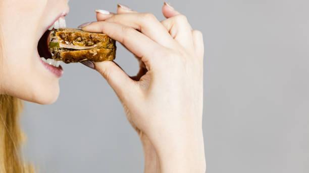 女人吃三明治咬 - 咬 個照片及圖片檔