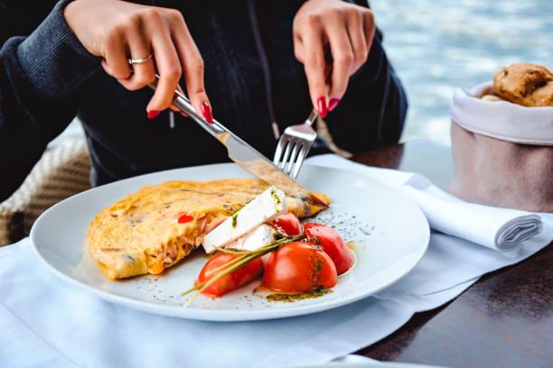 Frau, Rührei und Käse zu essen, im restaurant – Foto