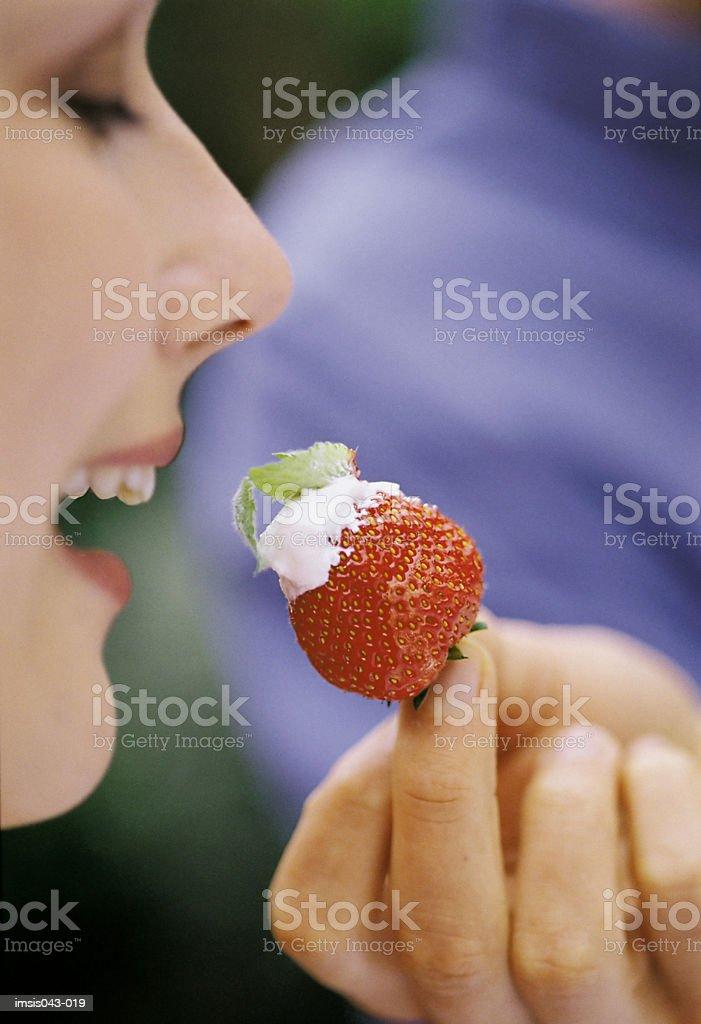 Mujer comiendo fresa foto de stock libre de derechos