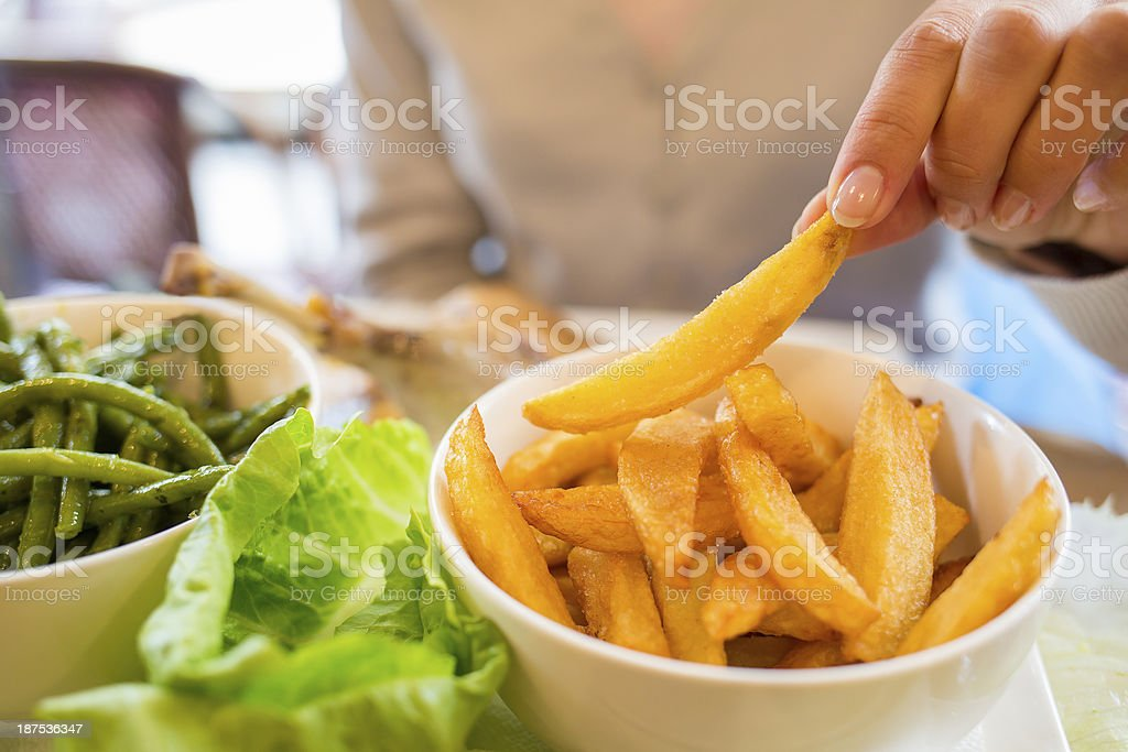 Frau isst Pommes Frites im restaurant, Salat, Gemüse – Foto