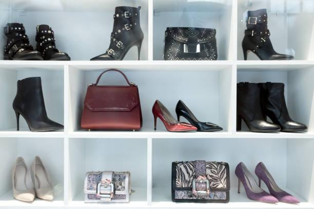 Frau elegante hochhackige Schuhe im Schaufenster Display – Foto