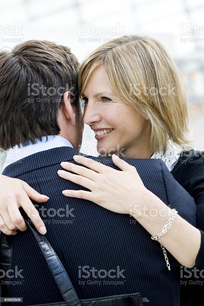 Femme embrassant man à proximité de l'aéroport de Munich, Allemagne photo libre de droits