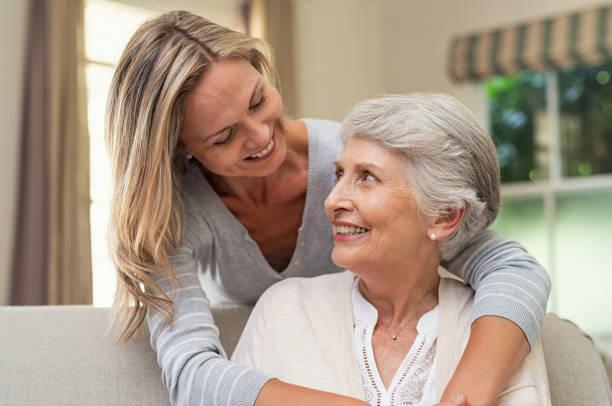 madre mayor abraza de mujer - hija fotografías e imágenes de stock