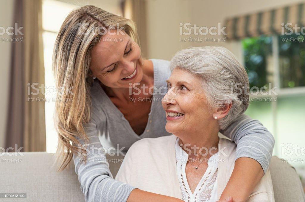 Mère de hauts embrassant femme - Photo