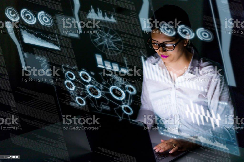 kvinna ingenjör tittar på olika information i skärmen av futuristiska gränssnitt. bildbanksfoto