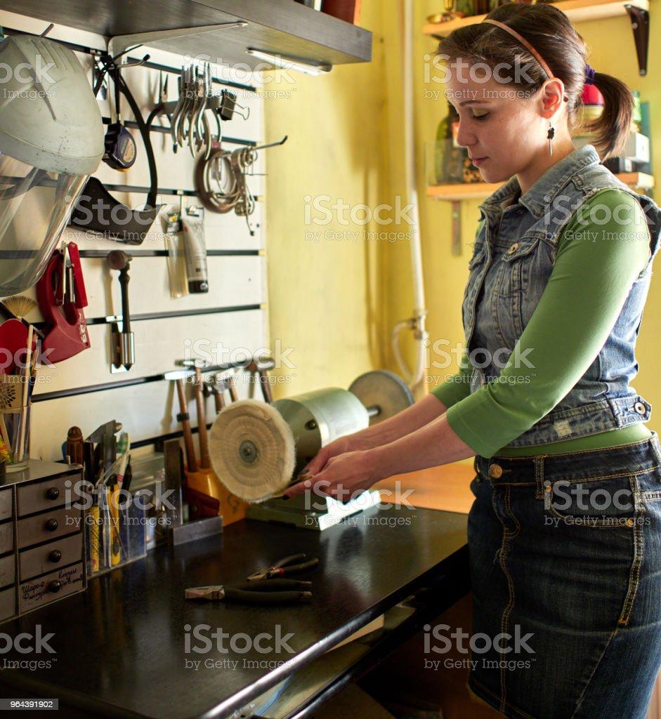 Um gravador de mulher esmaltes do produto acabado. - Foto de stock de Adulto royalty-free
