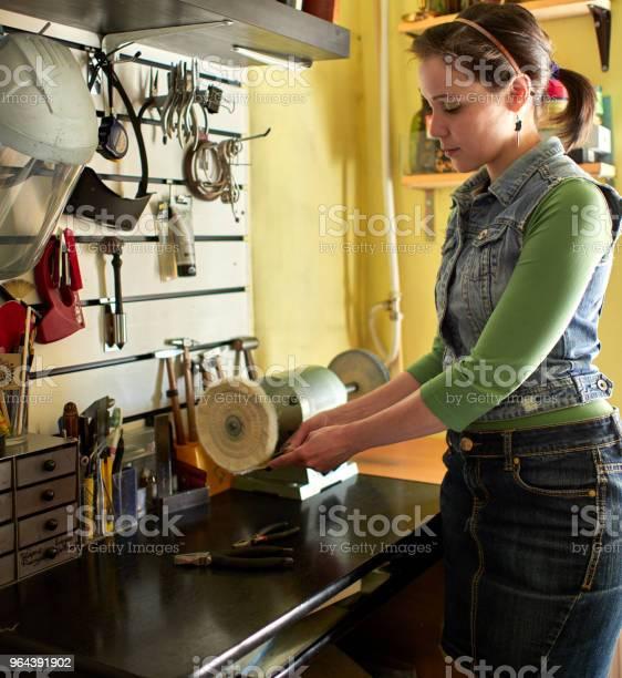 Foto de Um Gravador De Mulher Esmaltes Do Produto Acabado e mais fotos de stock de Adulto