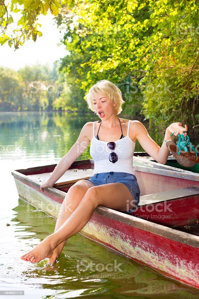 Frau enjoing der sonnigen Sommertag, Lizenzfreies stock-foto