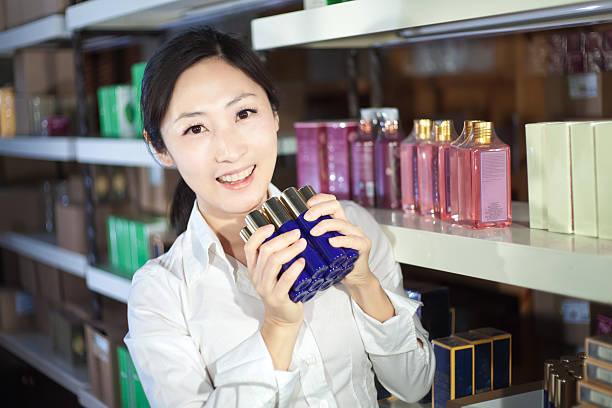 Frau Genießen Sie den Kauf Kosmetik – Foto