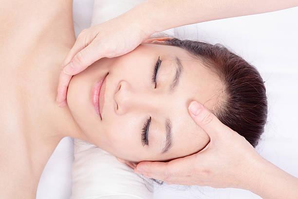 女性お顔と頭のマッサージを受信 ストックフォト