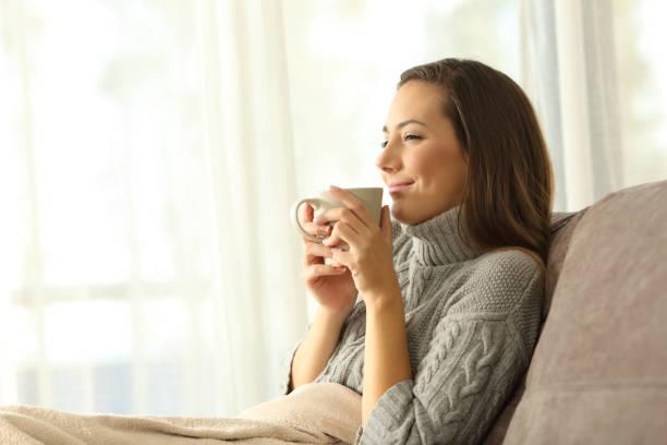 mulher, desfrutando de uma xícara de café no inverno em casa - chá bebida quente - fotografias e filmes do acervo