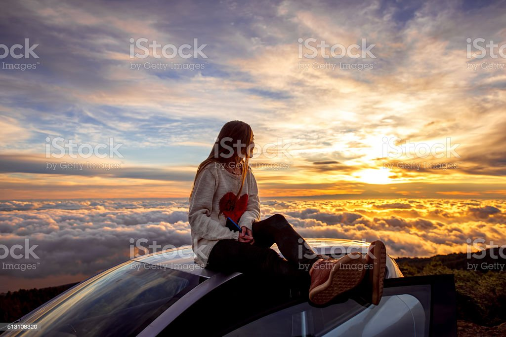 Frau genießen schöne Wolkengebilde – Foto