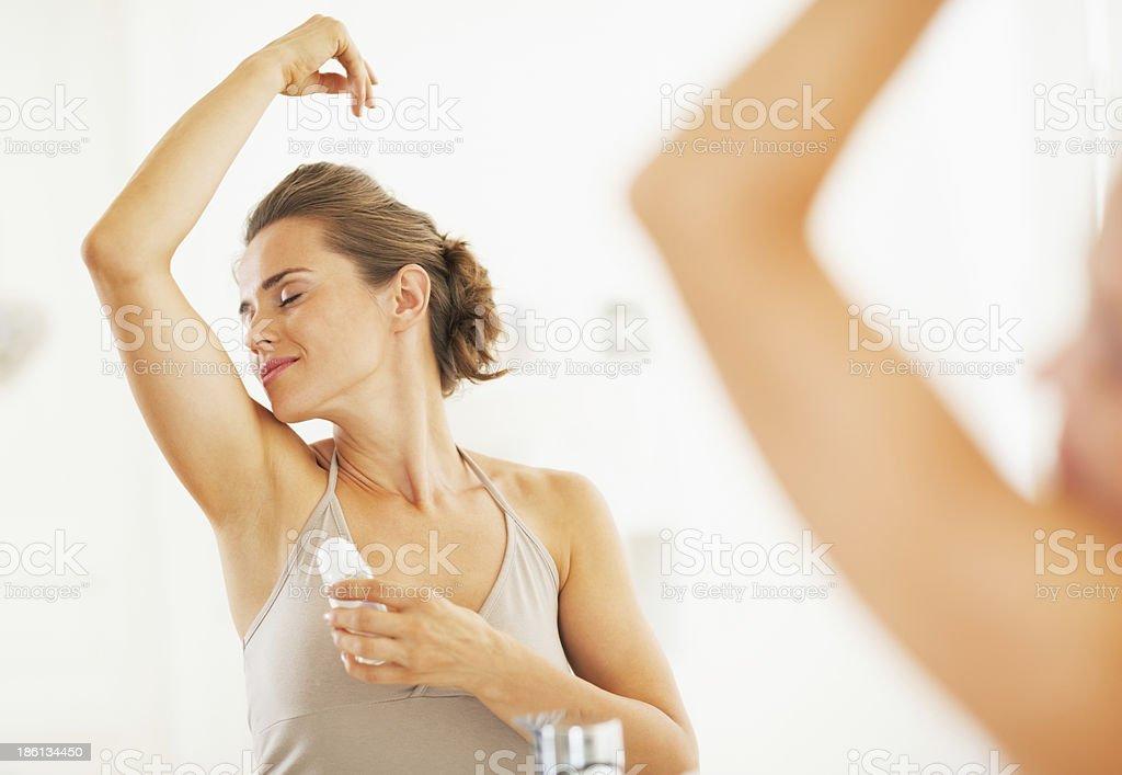 Mujer disfrutando de frescura después de la aplicación en underarm rodillo de desodorante - Foto de stock de Adulto libre de derechos