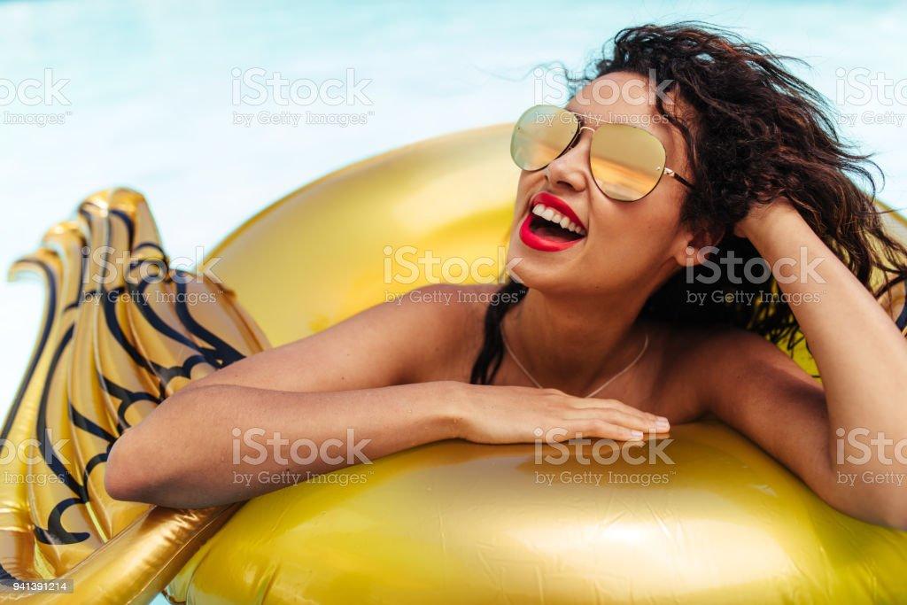 Frau, die einen Swimmingpool – Foto
