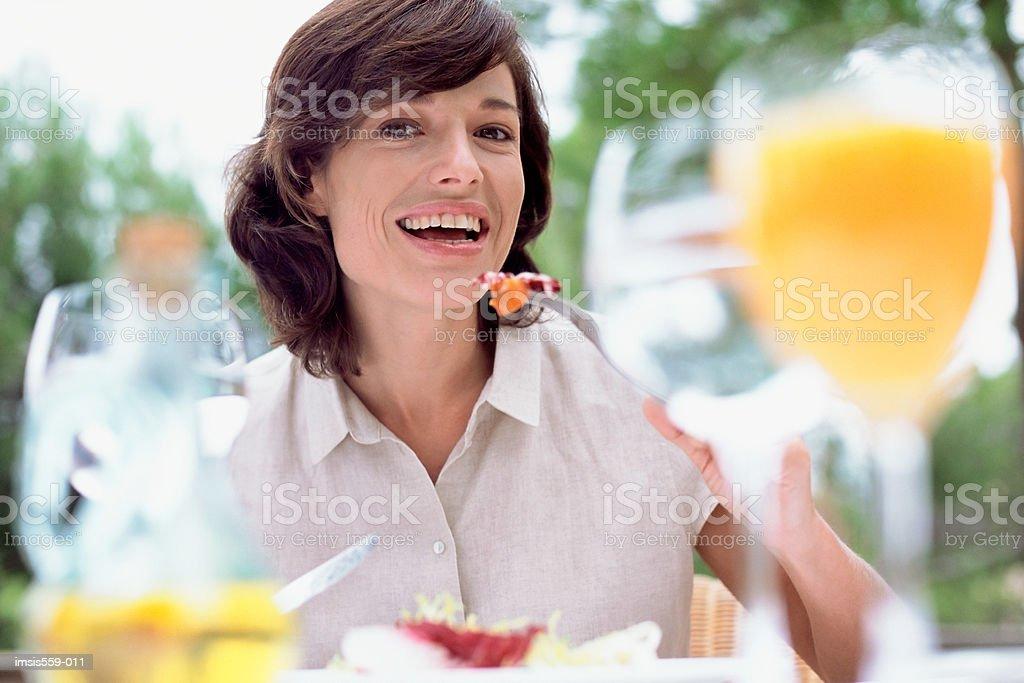 Mujer disfrutando de comida al aire libre foto de stock libre de derechos