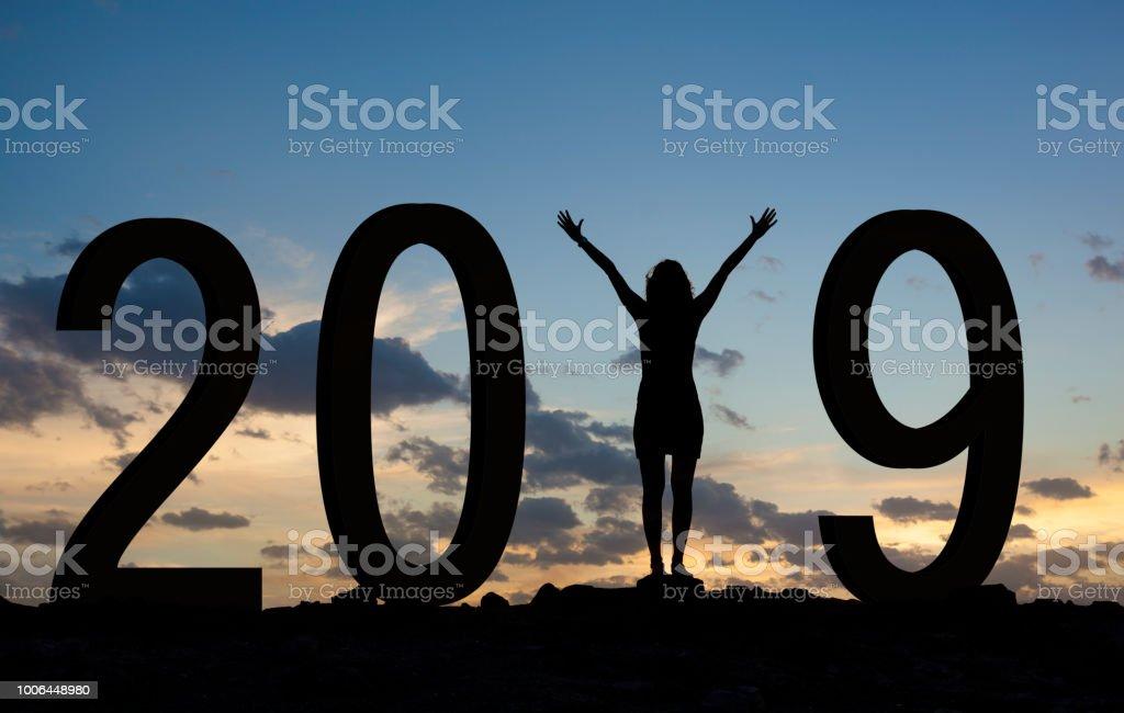 Frau genießen auf dem Hügel und 2019 Jahren beim feiern Neujahr – Foto