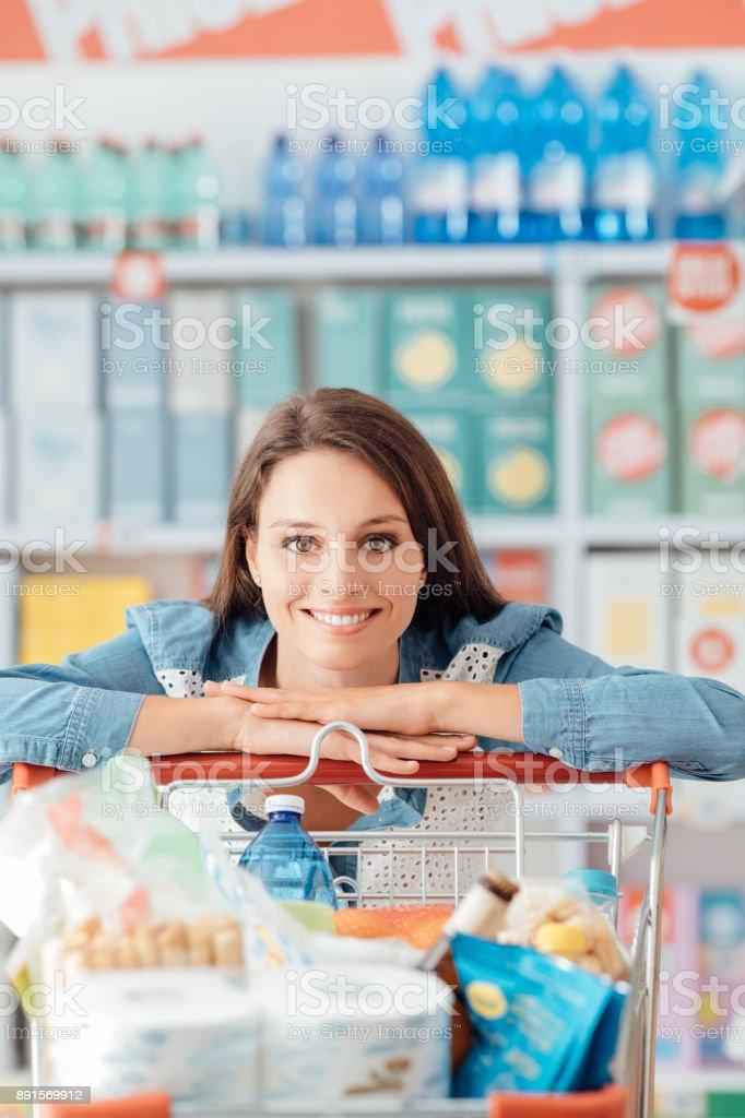 Frau Genießen Sie die Einkaufsmöglichkeiten – Foto