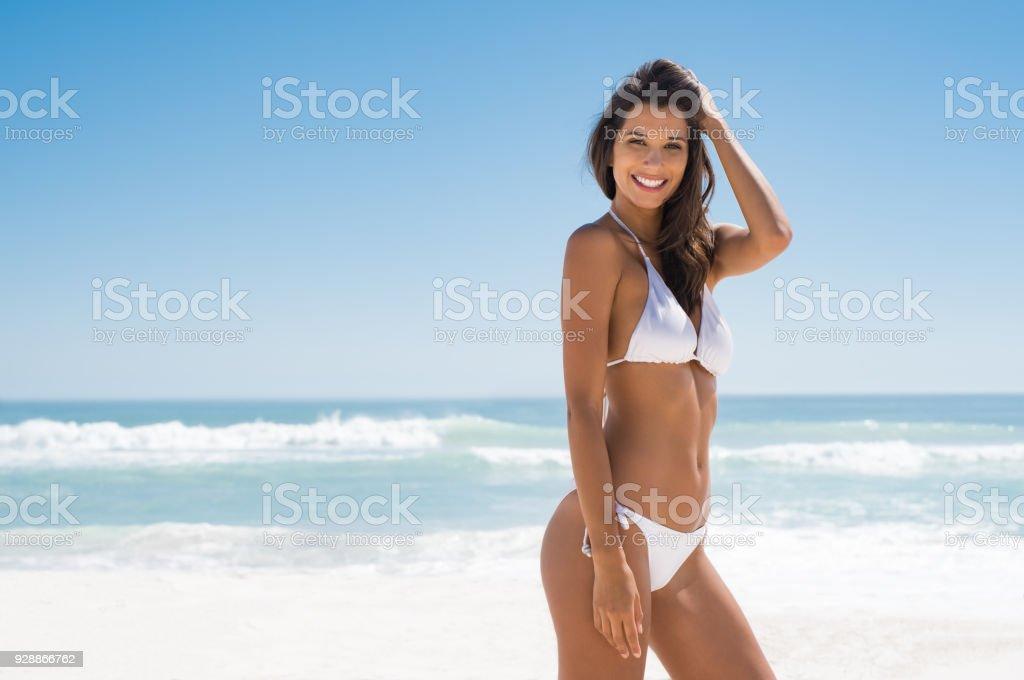 Femme appréciant se faire bronzer à la plage - Photo