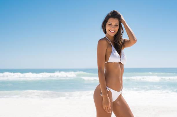 mulher gostar de banhos de sol na praia - biquíni - fotografias e filmes do acervo