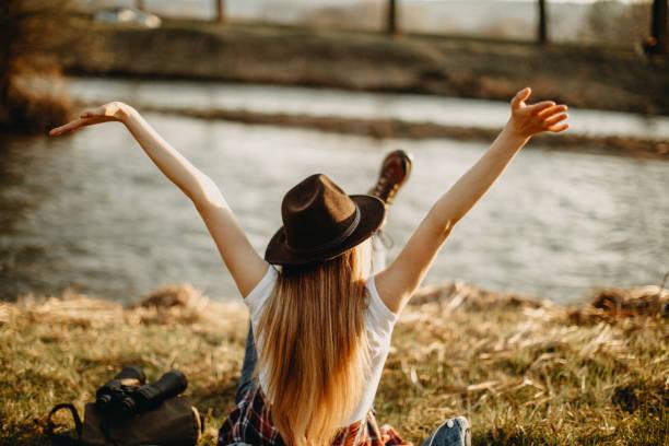 Frau am sonnigen Tag am Fluss – Foto