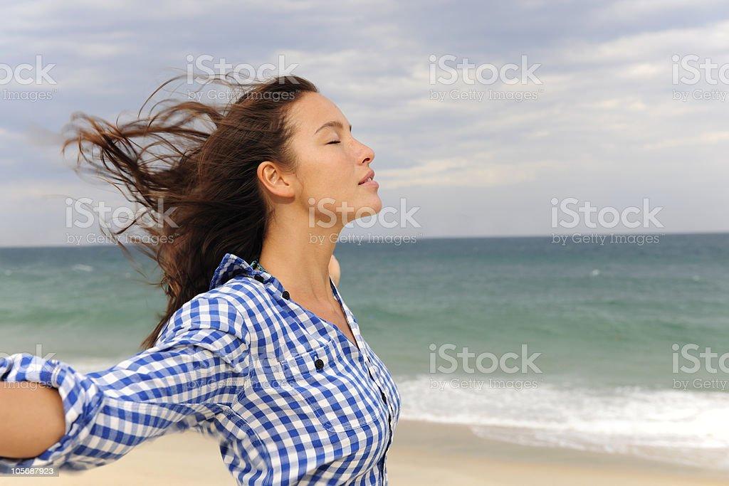 Mujer disfrutando de la vista al mar y el viento - foto de stock