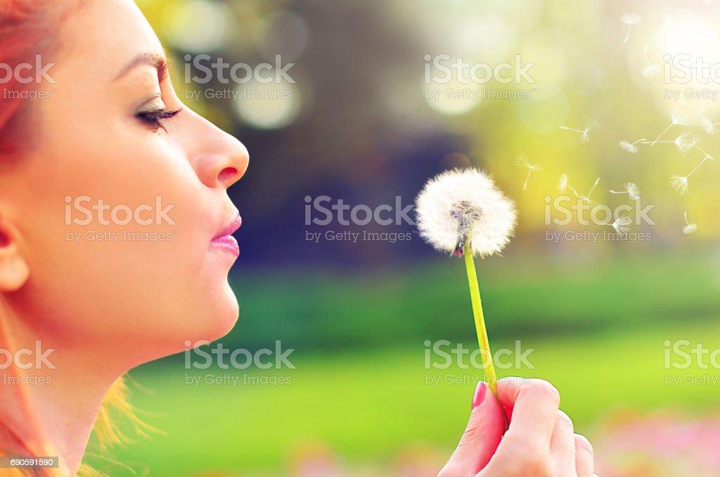 Femme appréciant l'été - Photo