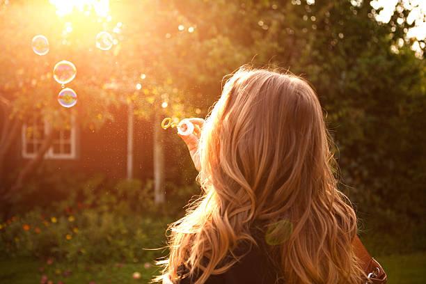 mujer disfrutando del sol. - chica rubia espaldas fotografías e imágenes de stock