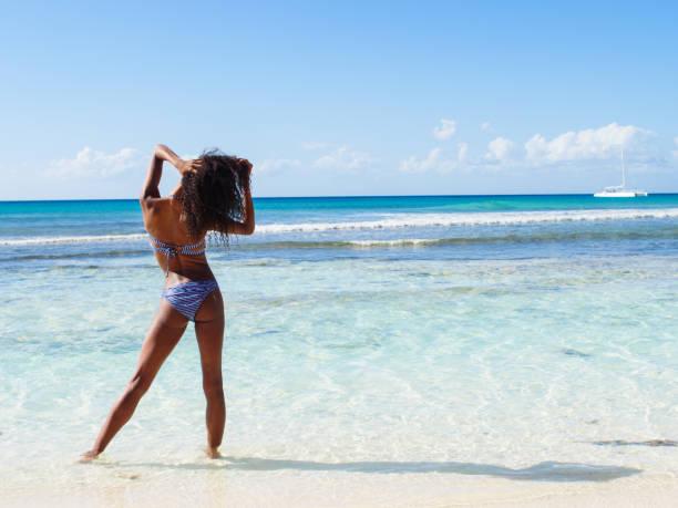 mujer disfrutando del sol - mujeres dominicanas fotografías e imágenes de stock