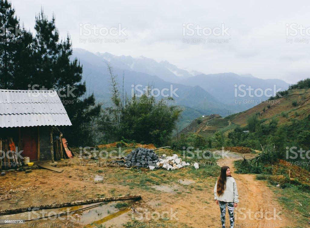 Mujer Disfrutando El Viaje En Las Montañas Al Norte De