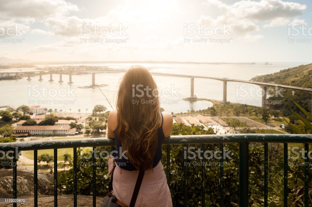Mulher que aprecia a vista de Vitoria, estado de Espirito Santo - Foto de stock de 2019 royalty-free