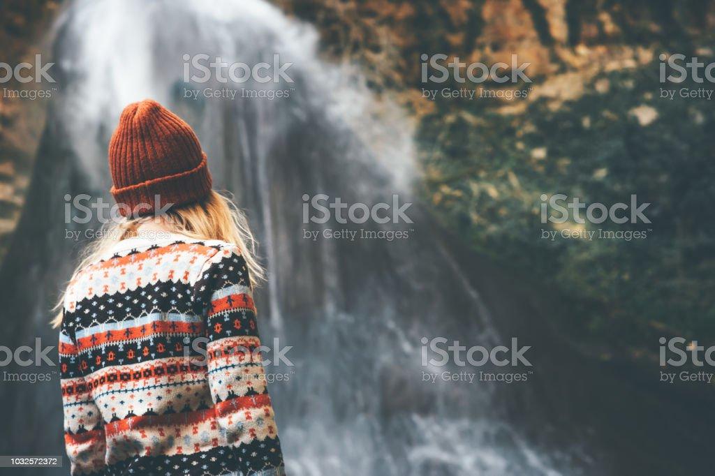 Frau genießen Wasserfall Reisen Lifestyle Abenteuer Konzept Aktivurlaub in die wilde tragen gemütliche Pullover und Mütze Sicht nach hinten – Foto
