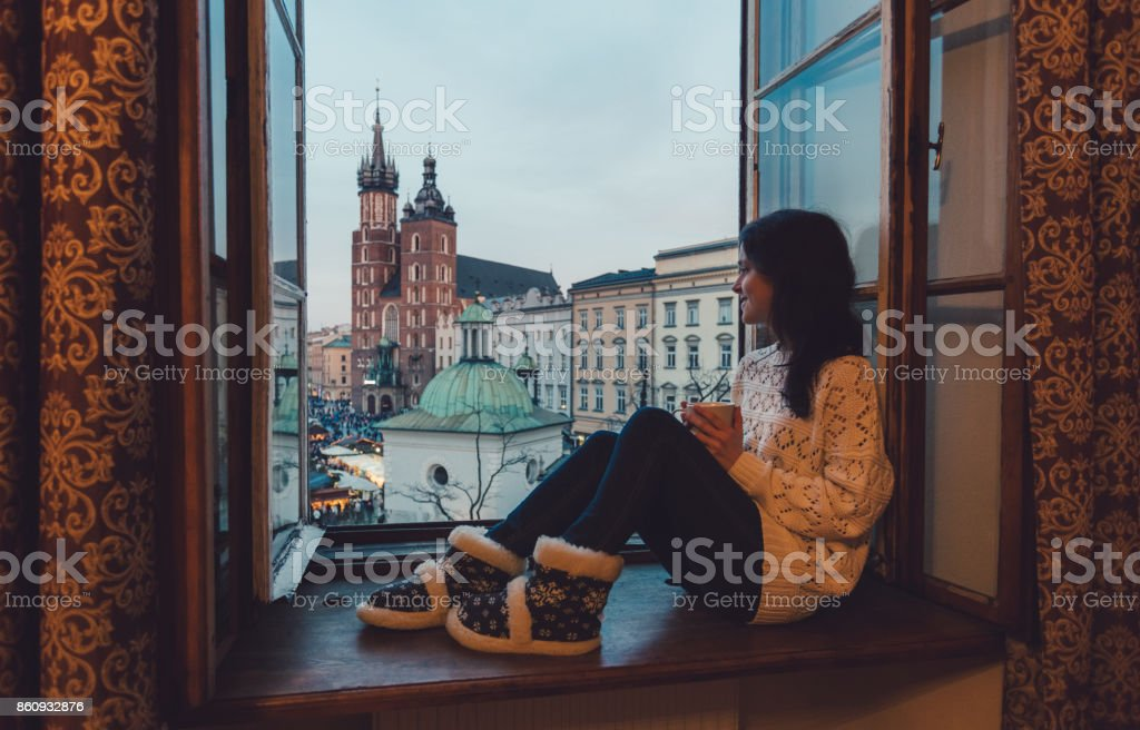 Femme qui Krakow city depuis la fenêtre - Photo