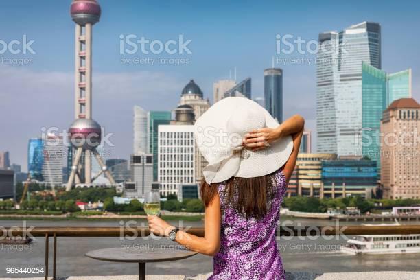 여자는 상하이의 스카이 라인 앞에서 와인 한 잔을 즐깁니다 관광객에 대한 스톡 사진 및 기타 이미지