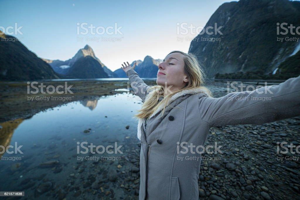 Woman enjoys fresh air in nature photo libre de droits
