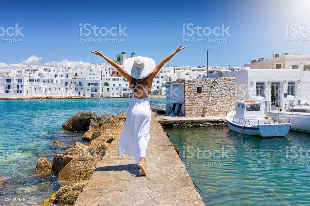 Vrouw geniet haar zomertijd vakantie op het eiland Paros - Royalty-free Alleen volwassenen Stockfoto