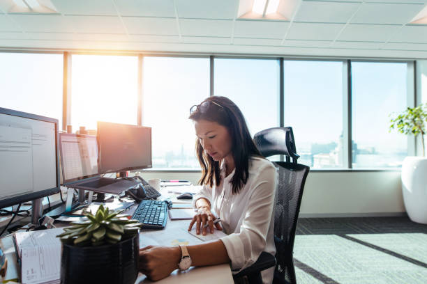 Woman entrepreneur at work in office. - foto stock