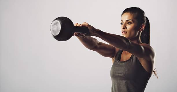 mujer ejercicio con tetera bell-crossfit entrenamiento - pesa rusa fotografías e imágenes de stock