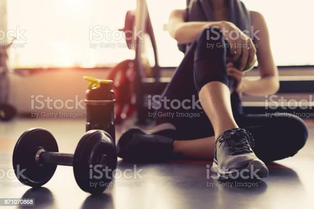 Vrouw Oefening Workout In De Sportschool Fitness Breken Ontspannen Houden Apple Fruit Na De Opleiding Sport Met Halter En Eiwit Shake Fles Gezonde Levensstijl Bodybuilding Stockfoto en meer beelden van Aerobics